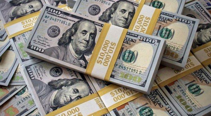 Economista señala dólar registra mayor alza desde 1947