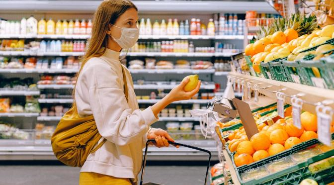 El uso obligatorio de mascarillas podría beneficiar la economía de EE.UU.
