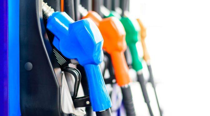Gobierno dice los combustibles debieron subir 10 pesos y que asumirán deuda de 251 millones